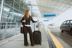 Reise: Gebohrte Frau wartet auf Fahraufnahme Lizenzfreie Stockfotografie