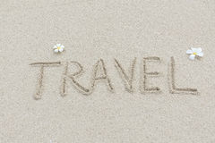 Reise geschrieben auf den sandigen Strand Lizenzfreies Stockbild
