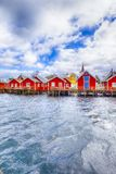 Reise-Ideen Roter Fischer Houses auf Lofoten-Inseln lizenzfreie stockfotos
