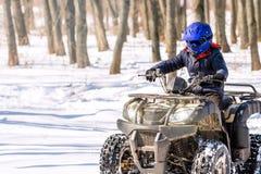 Reise im Winter auf dem ATV Schöne Winternatur lizenzfreie stockfotos