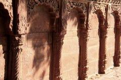 Reise Indien: schön geschnitzte Wand des roten Sandsteins Stockbilder