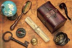 Reise-Konzept-Bild mit verschiedenen Gegenständen auf Karten-Hintergrund Lizenzfreies Stockbild