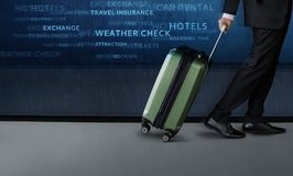Reise-Konzept, Geschäftsmann mit innerem Flughafen dep des Gepäckwegs Stockbild