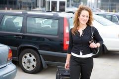 Reise: Lächelnde Frau am Flughafen-Parkplatz Stockbilder