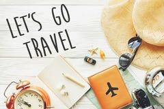 Reise lassen Sie ` s gehen Reisetext-Zeichenkonzept, Wanderlustkarte camer lizenzfreie stockfotos