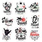 Reise-Logo Ausfluglogo Touristisches handgemachtes Logo Exotisches Sommerferienzeichen, Ikone Stockfotos