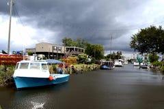 Reise-Louisiana-Garnelen-Boote angekoppelt und Gewitter-Wolken stockbilder
