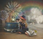 Reise-Mädchen, das Feuerwerke auf surrealem Strand betrachtet Lizenzfreie Stockbilder