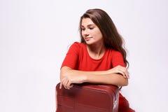 reise Mädchen mit einem Koffer Nachdenklicher Brunette Stockbild