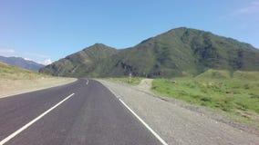 Reise mit dem Auto auf dem Chuysky Trakt in Altai stock footage