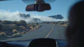 Reise mit dem Auto auf einer Gebirgsstraße in den Wolken stock footage