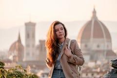 Reise nach Italien Das Mädchen sitzt mit Blick auf Florenz Lizenzfreie Stockfotografie