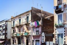 Reise nach Italien - historische Straße von Catania, Sizilien, Fassade von alten Gebäuden stockbild