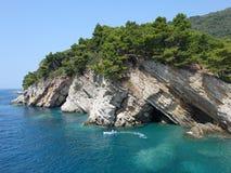 Reise nach Montenegro Der Felsen steigt in das Meer nahe der Stadt von Petrovac ab stockfoto