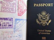 Reise- oder turismkonzept Amerikanischer Paß Geöffneter Pass mit Sichtvermerken lizenzfreie stockfotografie
