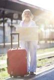 Reise-Reihe: Ältere Frau, die mit dem Zug reist Lizenzfreie Stockbilder