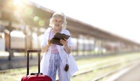 Reise-Reihe: Ältere Frau, die mit dem Zug reist Lizenzfreies Stockfoto
