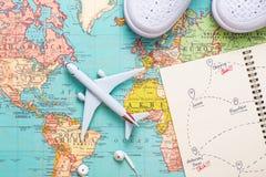 Reise reise Ferien - Draufsichtflugzeug mit touristischer Karte lizenzfreies stockbild