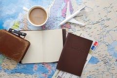 Reise, Reiseferien, Tourismusmodell - nahes hohes Anmerkungsbuch, Koffer, Spielzeugflugzeug auf Karte lizenzfreie stockfotografie