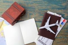 Reise, Reiseferien, Tourismusmodell - nahes hohes Anmerkungsbuch, Koffer, Spielzeugflugzeug und touristische Karte auf Holztisch stockfotos