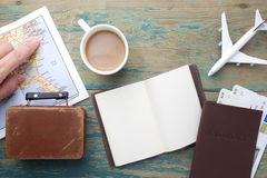 Reise, Reiseferien, Tourismusmodell - nahes hohes Anmerkungsbuch, Koffer, Spielzeugflugzeug und touristische Karte auf Holztisch stockbild