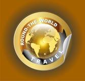 Reise ringsum das Weltsymbol mit Golden Globe-Symbol-Aufkleber Lizenzfreies Stockfoto