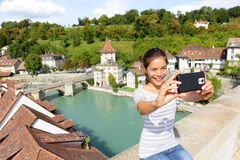 Reise selfie Frau in Bern Switzerland lizenzfreie stockfotografie
