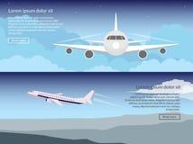 Reise stellte im Flugzeug von den Fahnen in einer flachen Art vor dem hintergrund des Abendhimmels ein Lokalisiert auf weißem Hin Stockbilder