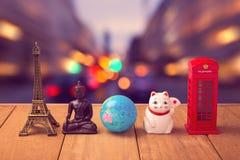 Reise um das Weltkonzept Andenken aus der ganzen Welt auf Holztisch über Stadt bokeh Hintergrund Stockfotos