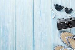 Reise- und Ferieneinzelteile auf Holztisch Lizenzfreies Stockbild