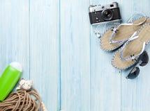 Reise- und Ferieneinzelteile auf Holztisch Lizenzfreie Stockfotos