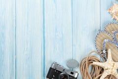 Reise- und Ferieneinzelteile auf Holztisch Stockfotografie