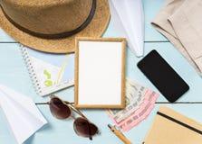Reise- und Ferieneinzelteile auf Tabelle Flache Lage Lizenzfreie Stockfotografie