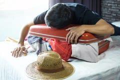Reise- und Ferienkonzept, junger Mann des Glückes, der viel O verpackt lizenzfreies stockfoto