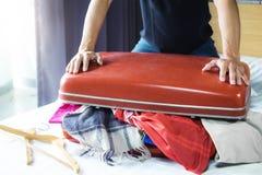 Reise- und Ferienkonzept, junger Mann des Glückes, der viel O verpackt lizenzfreie stockfotos