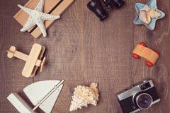 Reise- und Ferienkonzepthintergrund auf Holz Ansicht von oben Flache Lage lizenzfreie stockfotografie