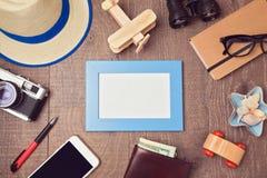 Reise- und Ferienkonzepthintergrund mit leerem Rahmen und Gegenständen Ansicht von oben stockbild