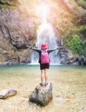 Reise- und Freiheitskonzept Hintere Ansicht der jungen Frau an stehend Stockfoto