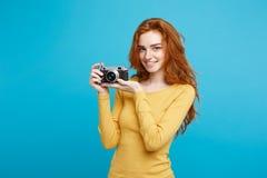 Reise-und Leute-Konzept - Headshot-Porträt des roten Haarmädchens des glücklichen Ingwers bereit, mit Weinlesekamera in glücklich Lizenzfreie Stockfotografie