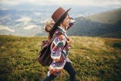 Reise- und Wanderlustkonzept stilvoller Reisendhippie-Mädchen hol lizenzfreie stockfotos
