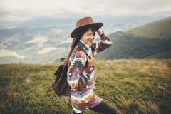 Reise- und Wanderlustkonzept stilvoller Reisendhippie-Mädchen hol lizenzfreies stockbild