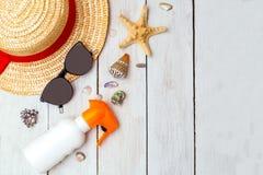 Reise weiblich mit Strohhut und Sonnenbrille Kopieren Sie Platz stockbilder