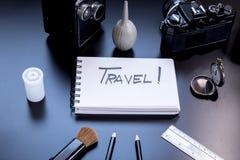 Reise wird auf kleinen Notizblock geschrieben Lizenzfreies Stockfoto