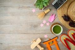 Reise zu Japan-Konzept Planungsferienkonzept mit Tourismusgegenständen und -andenken auf Holztisch stockfoto