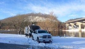 Reiseanhänger rv-Winterkampieren stockbild
