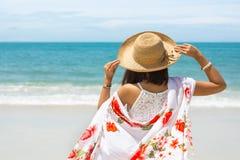Reiseasien-Frau mit Hut und Kleid auf Meer Lizenzfreie Stockfotografie