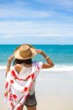 Reiseasien-Frau mit Hut und Kleid auf Meer Lizenzfreies Stockbild