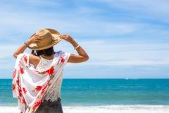 Reiseasien-Frau mit Hut und Kleid auf Meer Stockfotografie