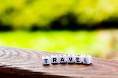 Reiseaufschrift auf Holztisch auf Naturhintergrund lizenzfreie stockbilder