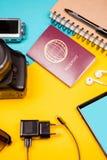 Reiseausrüstung gemacht von der Kamera, vom Papiernotizbuch, vom Smartphone und vom Pass Lizenzfreie Stockfotos
